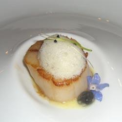 Vieira con tocino de Alentejo, esfera de sucedáneo de caviar y aire de ajo y pue
