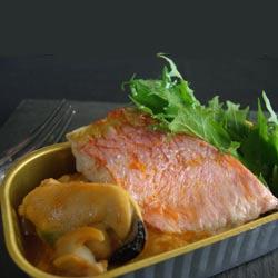 Salmonetes con mejillones, berberechos y migas de fruto de mar