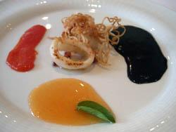 Chipirones a la plancha con salsa negra y de tomate
