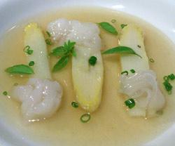 Sopa templada de esparragos con tocino y albahaca