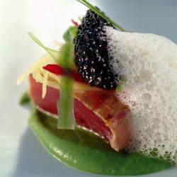 Atún marinado con vainas, mango y caviar de mújol