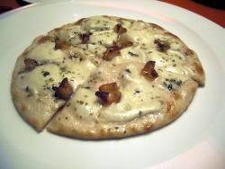 Pizza de mozzarella y panceta