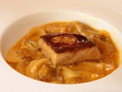 Revuelto de hongos, cebolla confitada y foie gras tostado