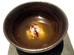Sopa de pescado infusionada en hierba limón con tartar de bogavante