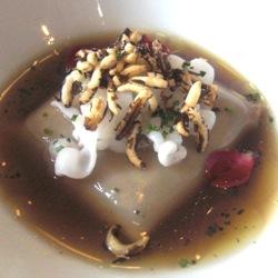 Ravioli de chipirones con caldo de gallina trufado