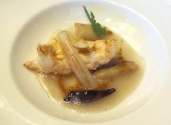 Cigala con salsa gelatinizada de jengibre, ravioli de vainilla y bulbos salteado