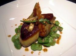Foie gras a la plancha con habas repeladas, alcachofas, rúcola y bacon