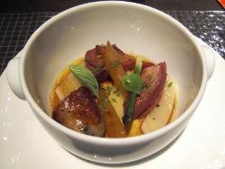 Pichón asado con salchicha de cerdo y verduras