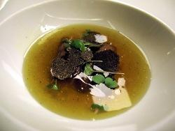 Sopa de liebre con anguila ahumada y trufa
