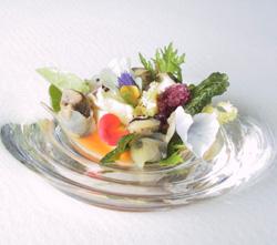 Canaillas y bacalao con geleé de naranja sanguina, flores, hojas y granizado de