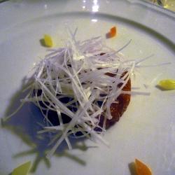 Battuto de solomillo de carne de buey cruda con puerros, pimienta y aceite de o