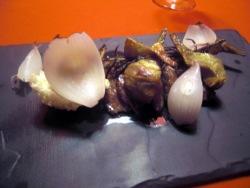 Tagliata con berenjena, alcachofas y cebola a la sal