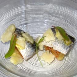 Sardinas marinadas con higos y queso en aceite