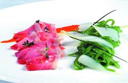 Láminas de atún con alubias verdes y asadillo