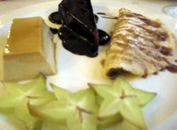 Tarta de chocolate con flan y creps rellenas de frutas