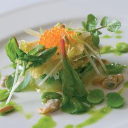Ensalada de brotes y yemas de esparragos, verduritas de primavera y toques marin