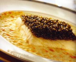 Lubina salvaje con su lomo azul cubierto de caviar y nata líquida gratinada