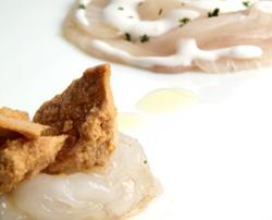 Pez limón marinado con leche de coco, cigala y helado de erizos de mar