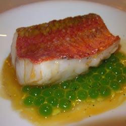 Salmonete con jugo de sus higadillos y caviar de albahaca