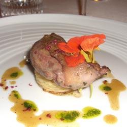 Pichón con salsa de foie gras, láminas de patata y manzana y capuchina