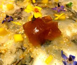 Carpaccio de gambas con gelatina de coral y aceite de saúco