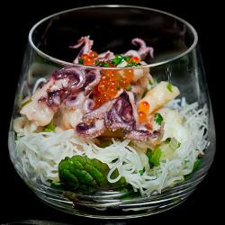 Ensalada agridulce de noodles, vieras y langostinos (fotografía de Manuel Cuadro