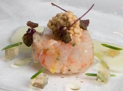 Tartar de Gambas con Caviar de cacahuete, ajoblanco de altramuces y gelee de Cer