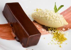 """Lingote de chocolate """"cobre"""" con helado de pistacho (2011)"""