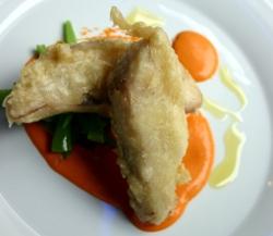 Merluza en tempura con salmorejo de tomates asasdos