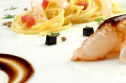 Spaghetti verrigni freddi e croccanti con pesce crudo limone coriandolo e scampi