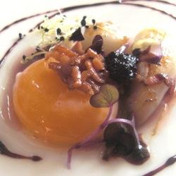 Cebollas rojas asadas en sal con yema ahumada y panceta