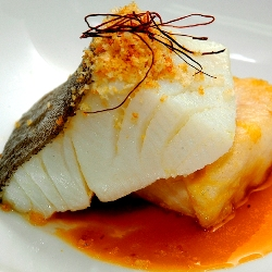 Bacalao con torrija de sus callos en sopa de ajo y migas