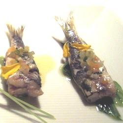 Sardina a la plancha sobre lechuga plancha y aceite de encurtidos