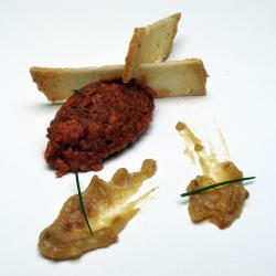 Tartar de Chorizo Fresco y Jugo de Pimiento Asado