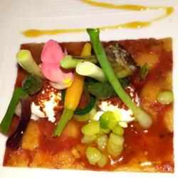 Micro verduras sobre cama de tomate y manzana y cremoso ibérico